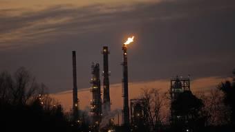 Schornsteine einer Raffinerie von Exxon: Der Energie-Riese steht im Fokus von Ermittlungen im Zusammenhang mit dem Klimawandel. (Symbolbild)