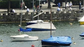 Der Föhnsturm vom Mittwochabend hat zahlreiche Schiffe von Bojen-, Steg- und Hafenanlagen losgerissen. (Symbolbild)