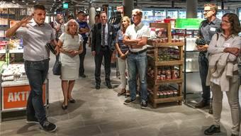 Daniel Kästli von der Migros-Verkaufsstellenplanung (links) zeigt dem Gemeinderat Wohlen den umgebauten Supermarkt.