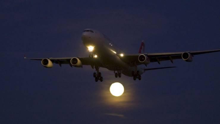Ein Passagierflugzeug landete im September um 3 Uhr morgens wegen eines medizinischen Notfalls in Zürich. Um 4.30 Uhr hob die Maschine trotz Nachtflugverbot wieder ab. (Symbolbild)