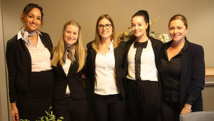 Freundlicher Empfang an der Réception mit (v. l.) Julia Misteli, Natascha Lehmann, Laura Stauffer, Noelie Vatier und Hotel-Leiterin Simone Berchtold