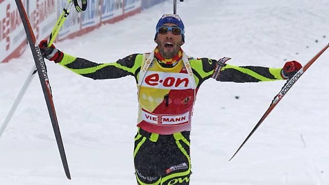 Martin Fourcade lässt sich Gesamtweltcupsieger feiern.