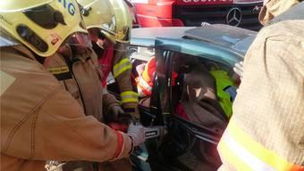Mit schwerem Gerät werden die verletzten Personen aus dem Personenwagen geborgen. Hier ist besondere Vorsicht notwendig. Ingrid Arndt