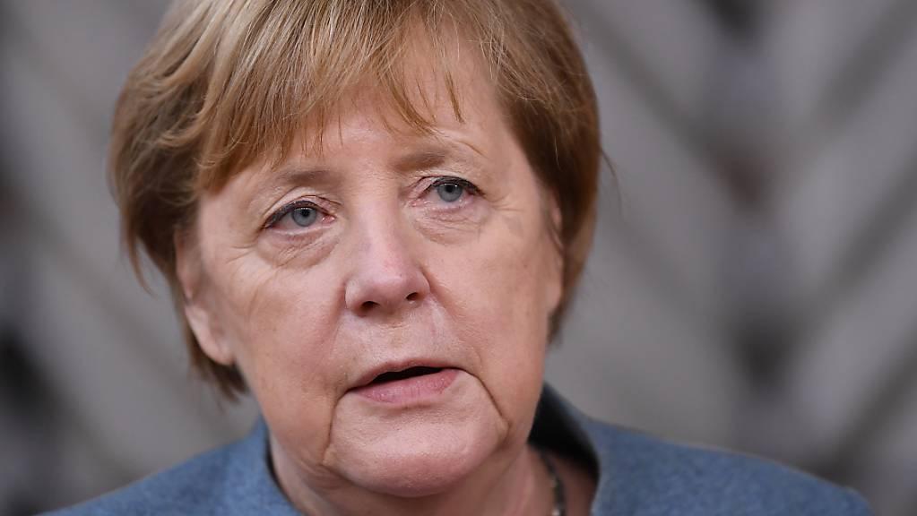 Bundeskanzlerin Angela Merkel (CDU) spricht mit Journalisten bei ihrer Ankunft für einen EU-Gipfel der Staats- und Regierungschefs im Gebäude des Europäischen Rates. Foto: John Thys/Pool AFP/AP/dpa