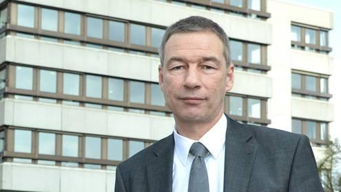 «Es gibt heute nicht mehr psychisch kranke Junge als früher»: NIklas Baer vor der Psychiatrie Baselland in Liestal.