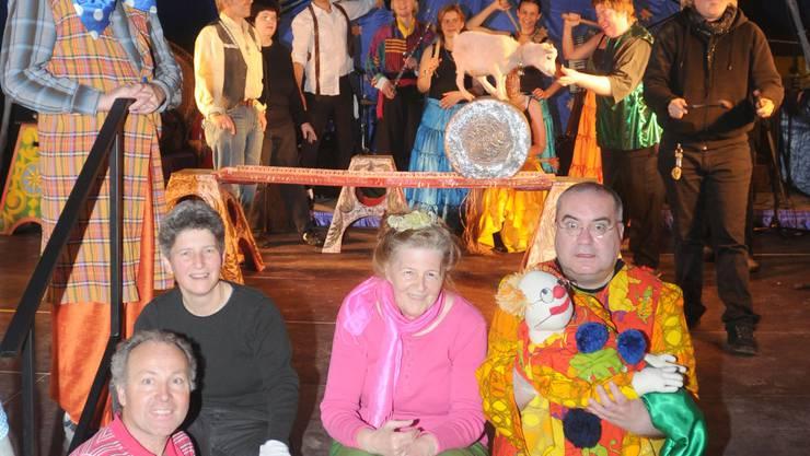 Vorfreude: Baschi, Friedrich Kaiser, Monica Hari, Rosmarie Krüttli und Clown Pompom (v. l.) können ihren Auftritt kaum erwarten. Melanie Muggli übt ihre Nummer mit der Ziege noch einmal. (BLZ)
