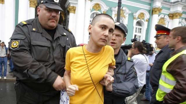 Polizisten führen eine Homo-Aktivistin ab in St. Petersburg (Archiv)