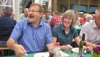 Urs Hess (mit Ehefrau Irene) kanns nicht lassen: Fast könnte man meinen, er läutete auch gestern auf dem SVP-Fraktionsausflug in Wenslingen noch eine imaginäre Glocke. Boris Burkhardt