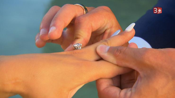 Um zu zeigen wie ernst es dem Bachelor ist, schenkt er Sanja einen Ring, der für ihre gemeinsame Zukunft steht.