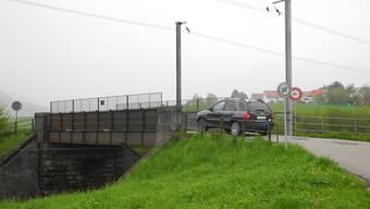 Die Brücke über die Bahnline soll für den motorisierten Verkehr gesperrt werden. mf