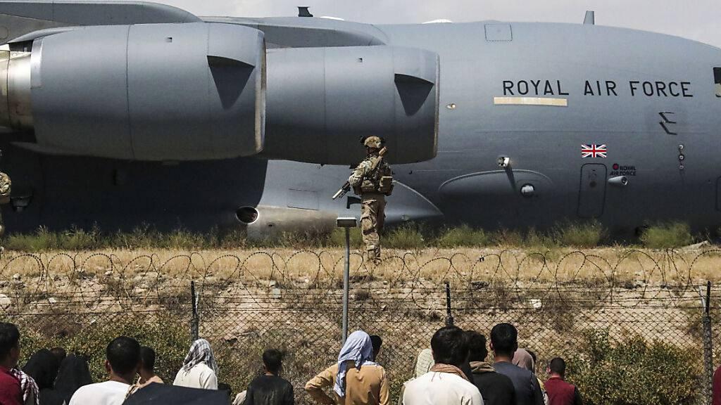 Britische Soldaten vor einem Flugzeug der Royal Air Force auf dem Flughafen in Kabul.