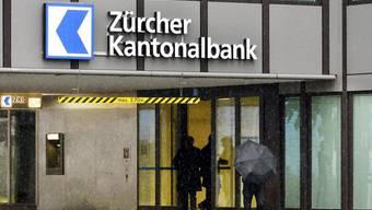 Der Bankräuber legte der ZKB-Angestellten ein Schreiben vor, wo stand, er werde wild in der Bank herumschiessen, falls ihm nicht sofort eine grössere Menge Bargeld ausgehändigt werde. (Archiv)