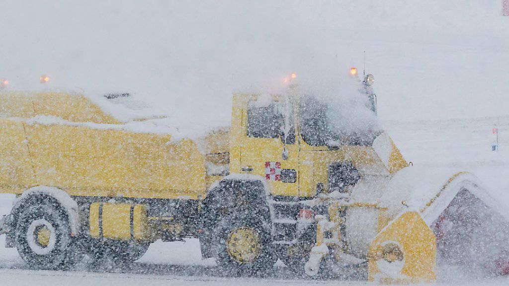 Auf dem österreichischen Flughafen in Innsbruck muss eine Schneefräse das Flugfeld bearbeiten.