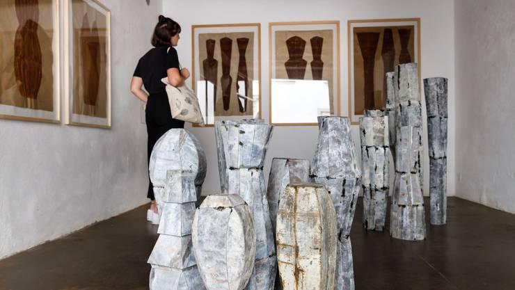 """Bernd Wehners """"Torsi"""" aus Blei und Bilder mit Rost gemalt in der Freitagsgalerie Solothurn.1U0A9789"""