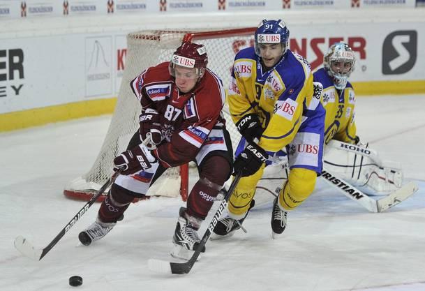 Robin Grossmann, rechts, und Rigas Gints Meija kämpfen um den Puck
