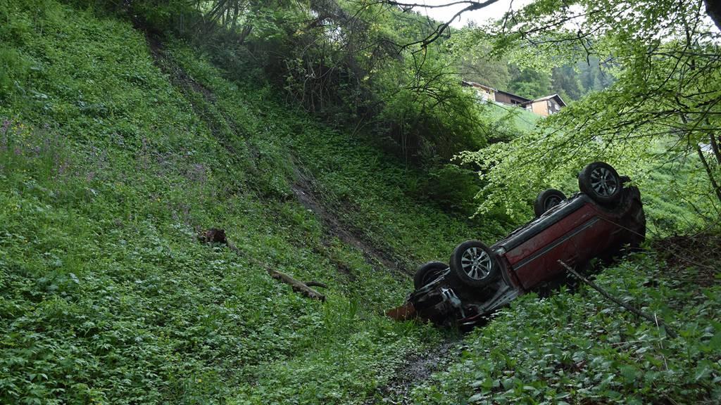 Auto stürzt 100 Meter ab – Lenker mittelschwer verletzt