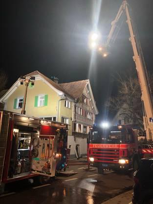Einsatzkräfte bei der Brandbekämpfung.