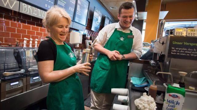 Redaktorin Silvia Schaub mit Store-Manager Pavol im Starbucks an der Zürcher Bahnhofstrasse. Foto: MATHIAS MARX