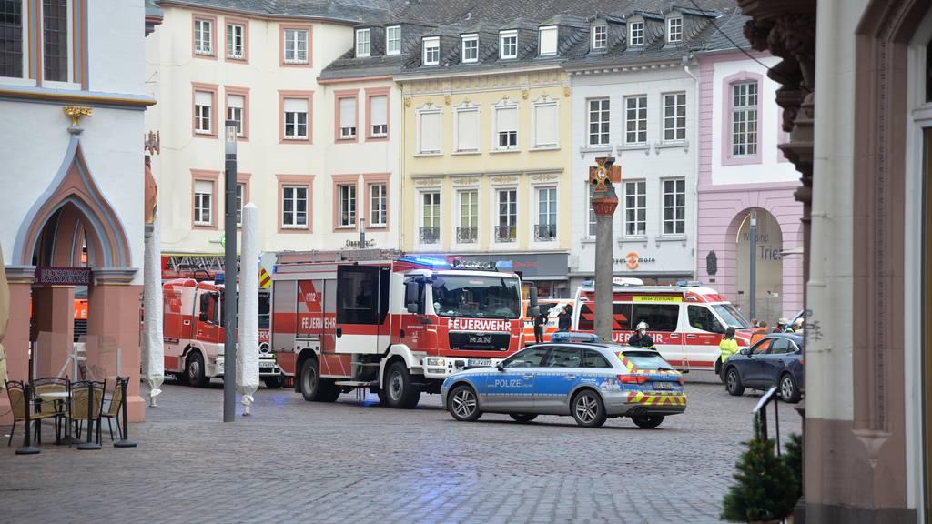 Auto erfasst und tötet zwei Menschen in der Fussgängerzone in Trier