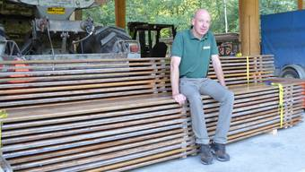 Förster Werner Lutz im neuen Forstwerkhof in Buchs, wo die Festbänke für Samstag schon bereitliegen.