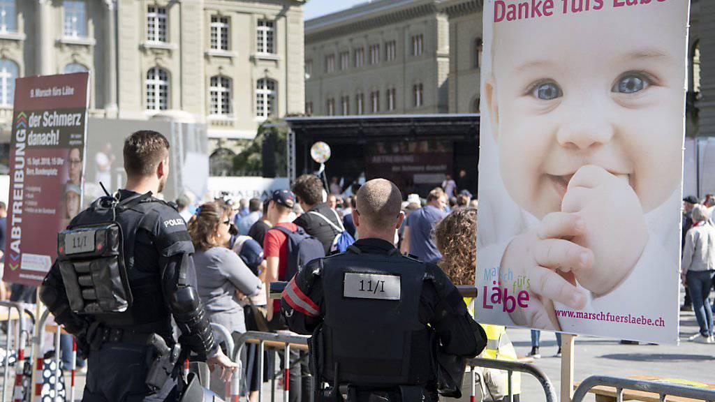 """Abtreibungsgegner sagen """"Danke fürs Läbe!"""" und die Polizei wacht."""