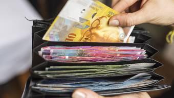 Die Senioren solle all ihr Geld von der Bank abheben, verlangte der falsche Polizist. (Symbolbild)