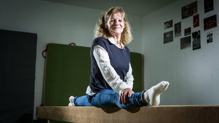 Den Spagat kann sie noch immer mit links: Emmi Schmid-Schubiger im Keller ihres Hauses in Hüttikon, wo sie die Mädchen des Turnvereins Weiningen trainiert.