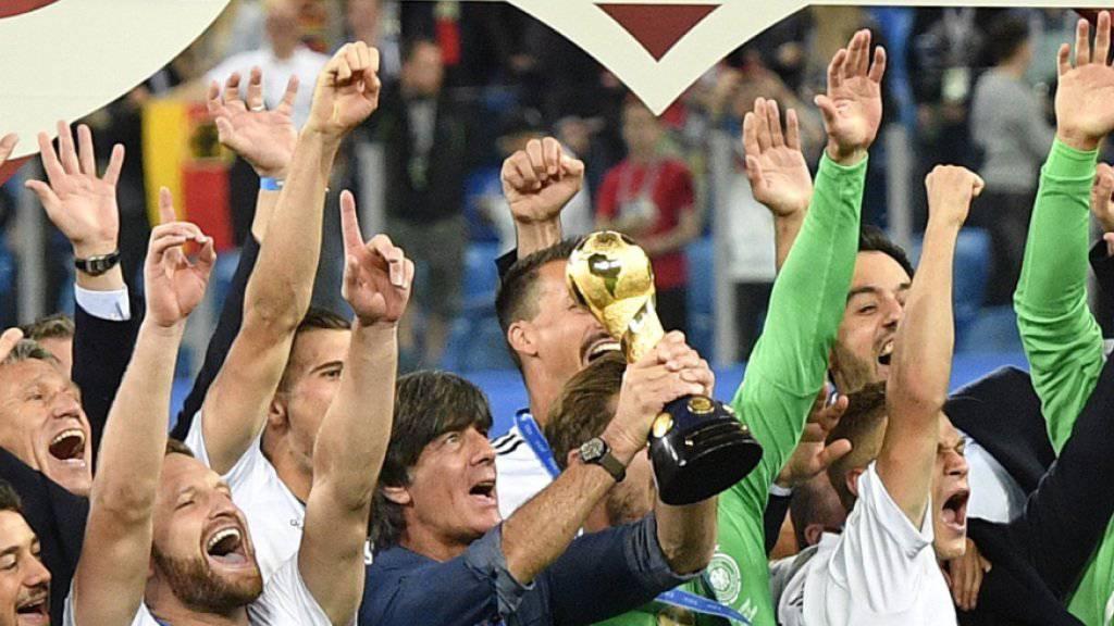 Bundestrainer Joachim Löw (mit Pokal) freut sich mit seinen Spielern über den Sieg beim Confed Cup 2017.