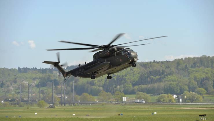 Der Sikorsky CH 53 landet auf dem Flugplatz Grenchen