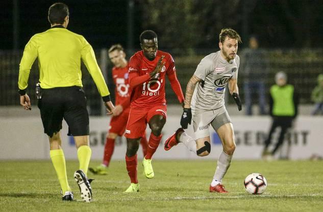 FCA-Spieler Olivier Jäckle (r.) schüttelt Rapperswils Sangone Sarr ab.