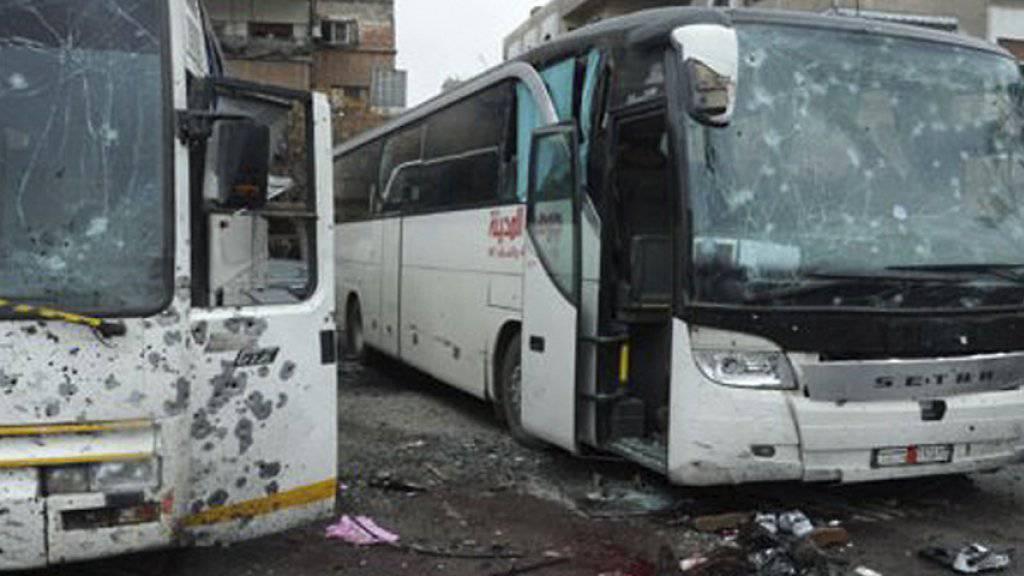 Beschädigte Busse beim Anschlagsort in Damaskus