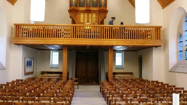 Die innen von grundauf sanierte, helle und mit moderner Technik ausgestattete reformierte Kirche in Rheinfelden. ach