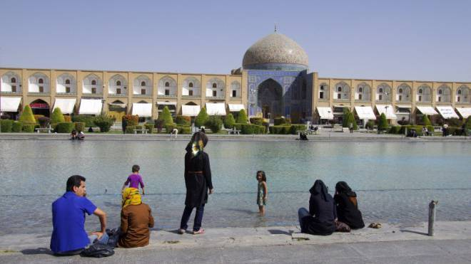 Nur ein kleiner Ausschnitt des grossen Platzes von Isfahan. Im Hintergrund die Scheich-Lotfolah-Moschee. Foto: Michael Heim