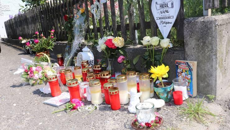 Trauernde legen Blumen, Süssigkeiten und Briefe an der Unfallstelle nieder.