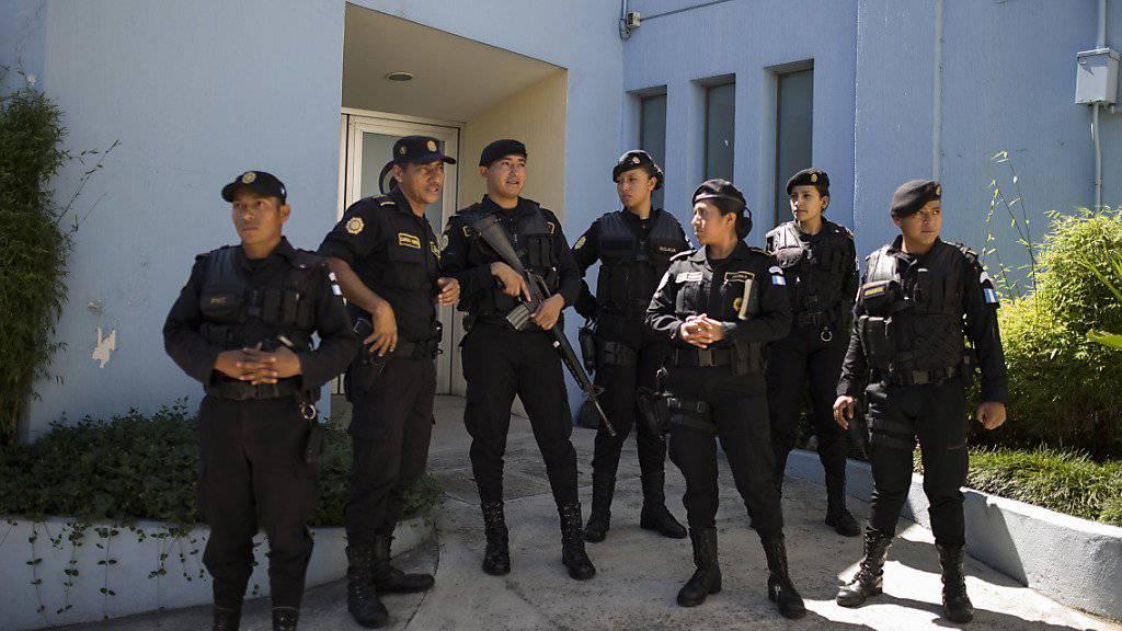 Polizisten in Guatemala-Stadt bewachen ein Spital, in dem sich die festgenommene Ex-Vizepräsidentin Roxana Baldetti behandeln lässt.