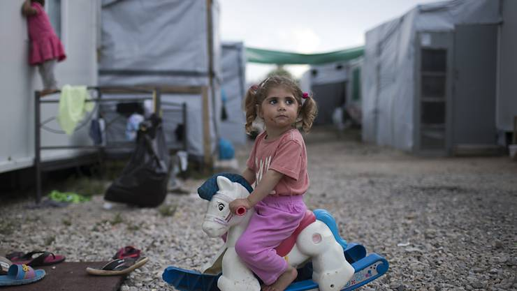 Ein spielendes Mädchen im Flüchtlingslager Ritsona nördlich von Athen: Der Generalanwalt des EU-Gerichtshofs in Luxemburg hat am Mittwoch gefordert, dass sich auch Ungarn und die Slowakei an der Umverteilung von Flüchtlingen aus Griechenland und Italien beteiligen müssen (Archiv).