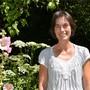 Alexandra Abbt in ihrem Garten. Sie wechselt von der Politik in die Theologie.Bild: Christian Breitschmid