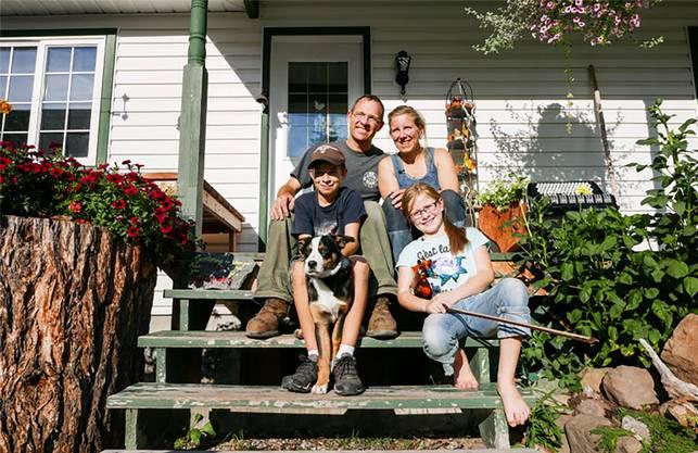 Die Familie Fischer-Piel auf der Treppe ihres neuen Heims in Kanada.