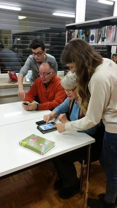 Ruedi Hasler und Annemarie Frana von Senioren für Senioren bekommen von Schülern Unterstützung bei Problemen mit dem Smartphone und dem e-Reader