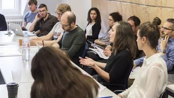Forscherinnen und Forscher der Unabhängigen Expertenkommission bei einem ihrer letzten Workshops. (Archivbild)