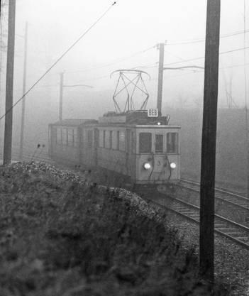 Im Novembernebel 1969 fährt der Be 2/3 der BEB an der Haltestelle Brown Boveri vorbei die Baslerstrasse hinauf.