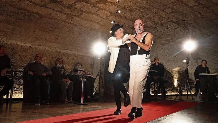 Carmen Riha als Gelsomina tanzt mit Rolf Johannsmeier als Zampano.