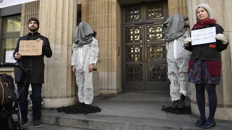 Klimaschützer führten eine Aktion bei einer UBS-Filiale in Lausanne durch.