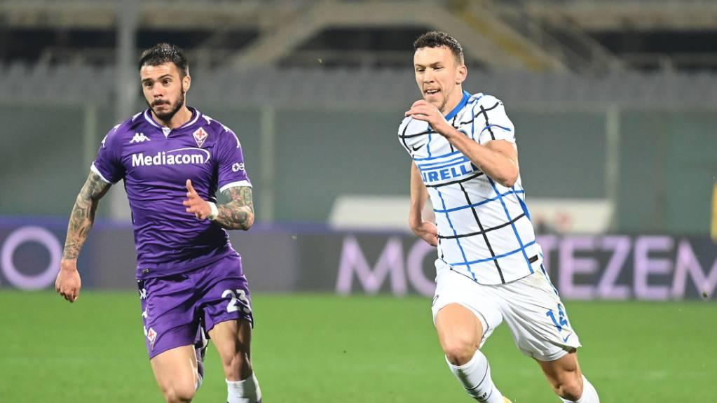Inters zweiter Torschütze Ivan Perisic (rechts) im Duell mit Fiorentinas Lorenzo Venuti