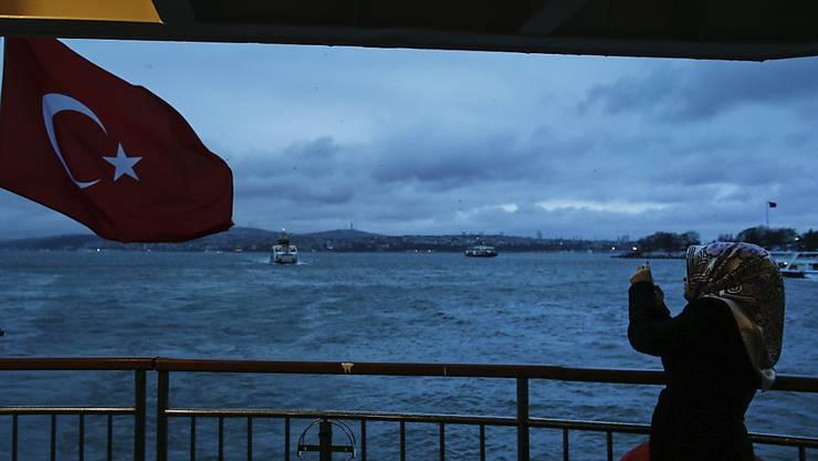 Die Inflation in der Türkei ist wieder gestiegen: eine Frau am Bosporus (Archivbild).