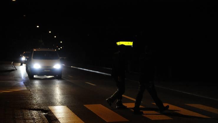 Eine Fussgängerin wurde am Abend von einem Auto erfasst. (Symbolbild)