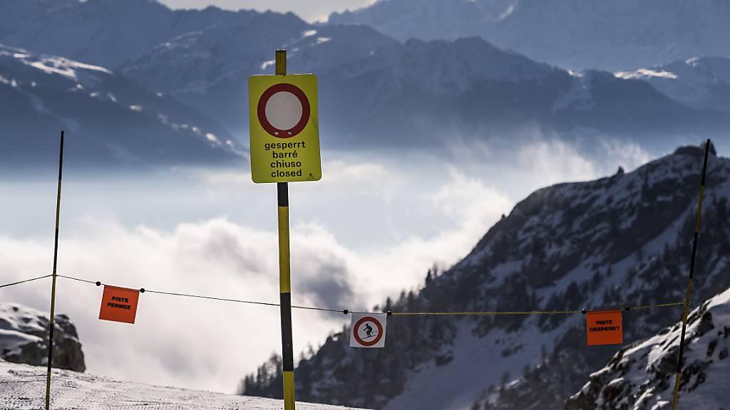 Abseits der gesicherten Piste: Ein Tourenskifahrer ist in einer Lawine bei Crans-Montana ums Leben gekommen. (Symbolbild)