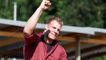 Schlussgangverlierer und 140-kg-Brocken Patrick Räbmatter schultert Festsieger Christoph Bieri.