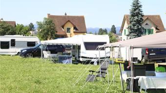 Seit Montag letzer Woche haben sich rund 30 Fahrende auf der Zirkuswiese im Ebnet eingerichtet. Dennis Kalt