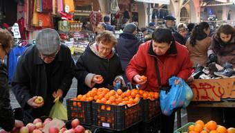 Kunden auf einem Markt im griechischen Thessaloniki (Symbolbild)